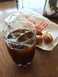 三宝屋のベビーカステラと有限会社チモトコーヒーのアイスコーヒー